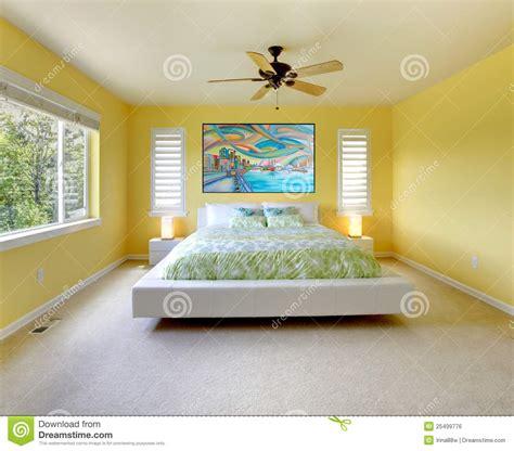 Gelbes Schlafzimmer by Gelbes Modernes Schlafzimmer Mit Wei 223 Em Bett Lizenzfreies