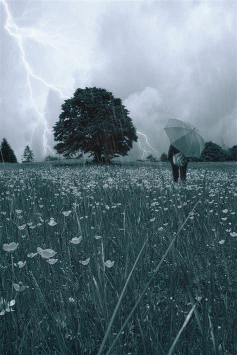 imagenes libres lluvia mujer bajo la lluvia imagen de archivo imagen de azul