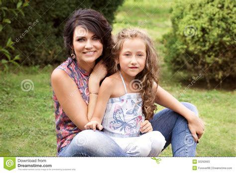 madres e hijas sabiduria madre e hija sonrientes bonitas imagen de archivo imagen 32292693