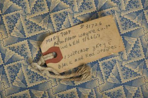 nella soffitta nella soffitta di un ex ospedale valigie e lettere dal