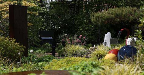 schwebetürenschrank mit vielen einlegeböden der richtige gartenbrunnen slink ideen mit wasser