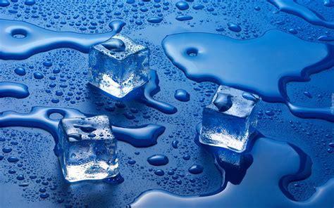 Topniej?ce kostki lodu na niebieskim blacie