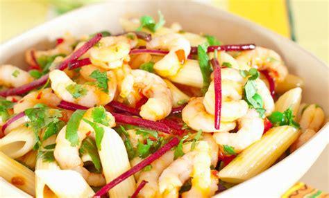 cucinare pasta fredda pasta fredda allo zafferano e gamberetti la ricetta