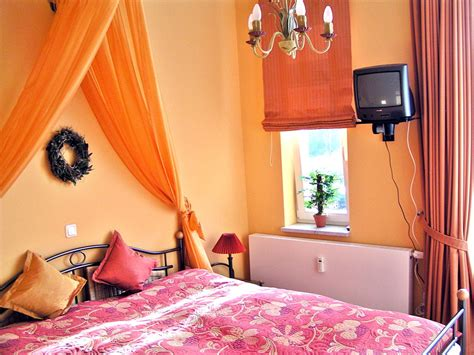 schlafzimmer mit kronleuchter ferienwohnung wellness residenz d 252 nenschloss ostsee