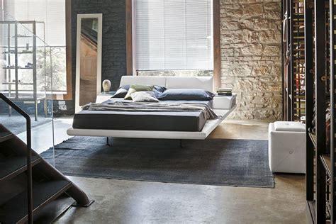 letti e comodini letto king size con cuscini reclinabili e comodini