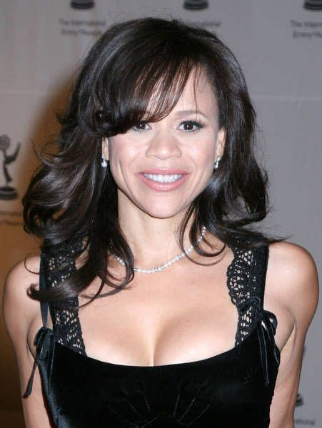 is rosie perez wearing a wig does rosie lerez wear a wig does risie perez wear a wig is