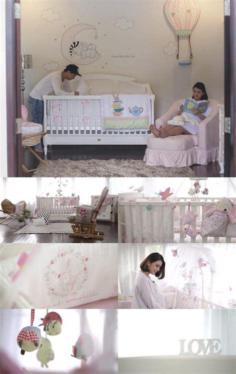 wallpaper dinding kamar chelsea unyu dihiasi boneka dan kupu kupu inikah kamar calon anak