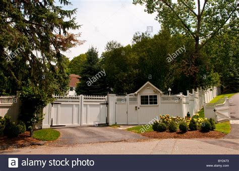 hillary clinton house chappaqua president clinton and hillary home compound behind walls