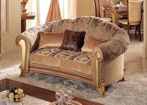 divani di lusso classici divano dalle morbide curve con pelle dorata idfdesign