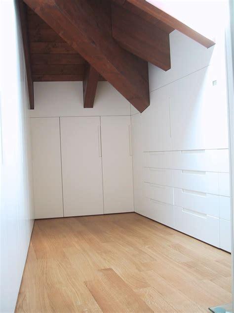 armadi per mansarde armadio in legno laccato bianco per mansarda idfdesign