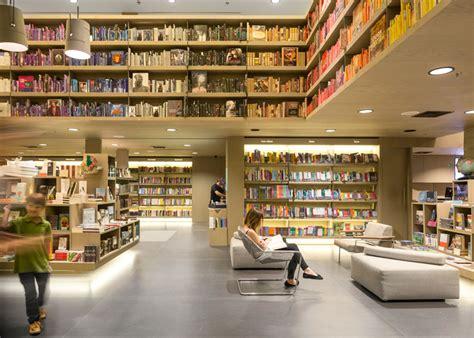 Rak Toko Buku disusun berdasarkan warna interior toko buku ini serupa pelangi