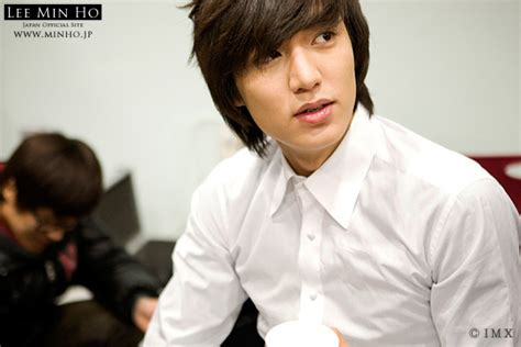 film lee min ho the one and only korean hearthrob quot boys over flowers quot lee min ho on a car