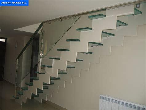 barandilla de acero inoxidable  cristal laminar transparente sobre escalera de hierro