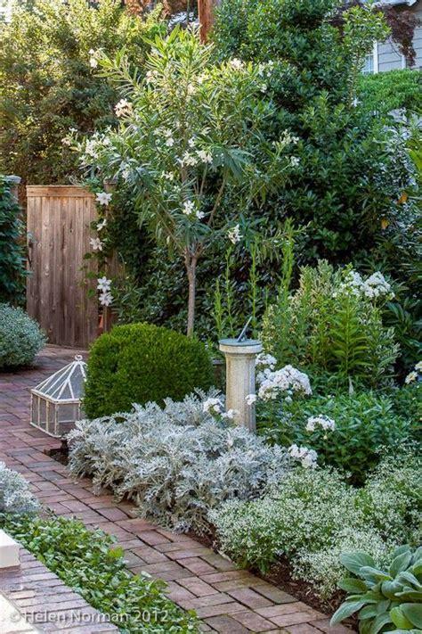 white garden ideas 25 best ideas about farmhouse garden on porch