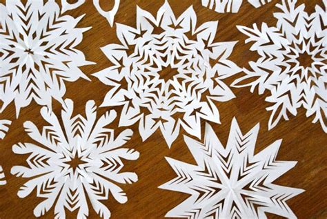 Paper Snow Flakes - ella en louis diy paper snowflakes