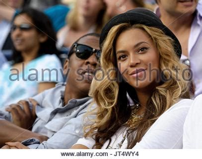 us singer and actress beyonce knowles (l) and us actress