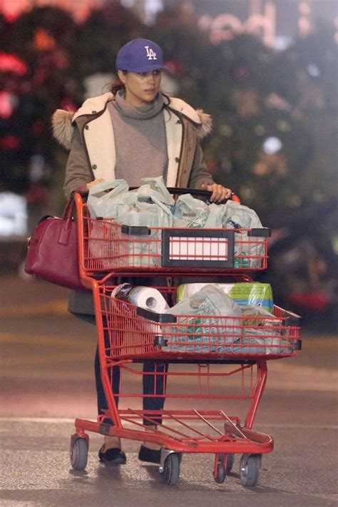 meghan markle shopping in toronto 09 gotceleb meghan markle shopping in toronto 02 gotceleb