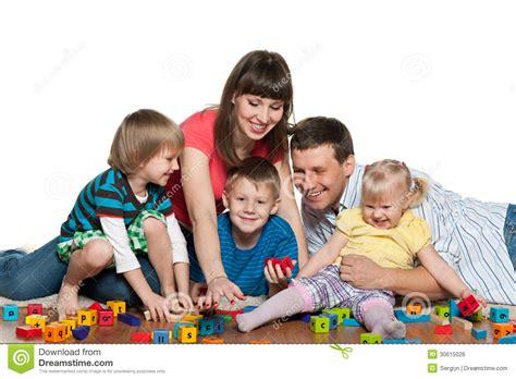 imagenes de la familia trabajando la familia est 225 jugando con los ni 241 os en el piso foto de