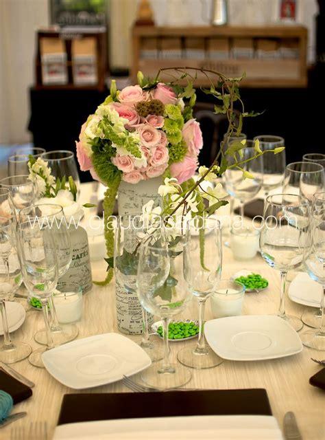 mesa con centro de mesa rosa y verde base estilo shabby