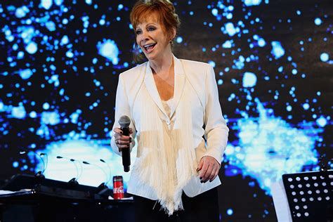 who is the first country to host christmas reba mcentire to host 2017 cma country