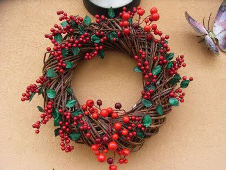 corone natalizie da appendere alla porta allegre corone da appendere alla porta bianconatale
