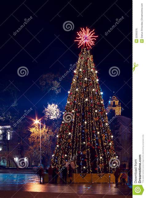 193 rbol de navidad con las luces en vilnius lituania imagen