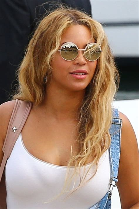 beyonces video hairstyles how to get beyonces hair beyonc 233 wavy medium brown messy side part hairstyle