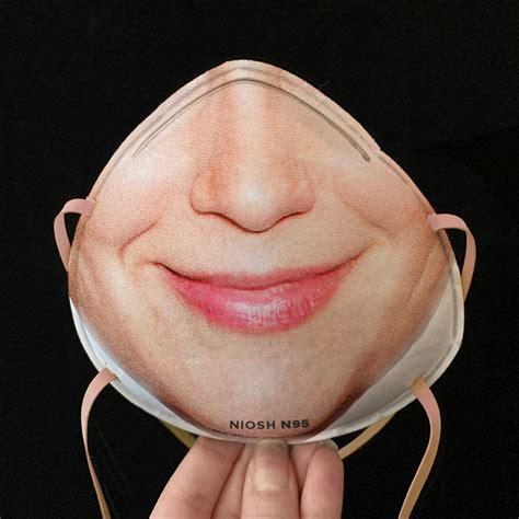 coronavirus schutzmasken mit gesichtern bedruckt und