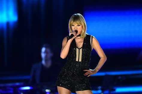 world hair show austin tx new trends give me a head with hair taylor swift returns to the stage in stuart weitzman