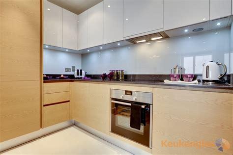 built in kitchen designs l vormige keuken met lichtblauw glas keukenglas