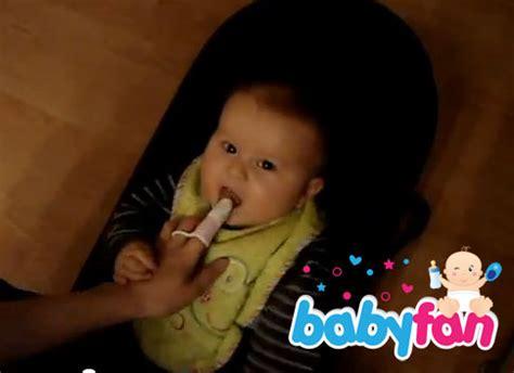 ab wann baby zähne putzen baby z 228 hne putzen ab wann wie oft tipps tricks
