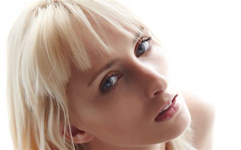 Platinum Nose Up wallpaper model hair blue