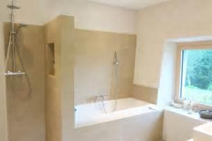 salle de bain moderne avec et baignoire air architectes