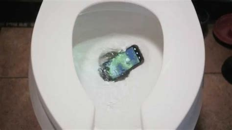 mobiel in toilet gevallen hydro life drop your phone in a toilet youtube