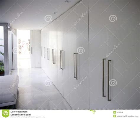 lade da corridoio moderne witte lange eigentijdse gangkast stock