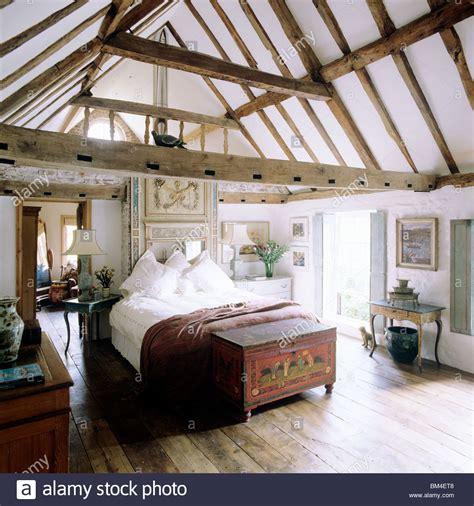 schlafzimmer mit parkettboden land schlafzimmer mit steildach decken und balken mit