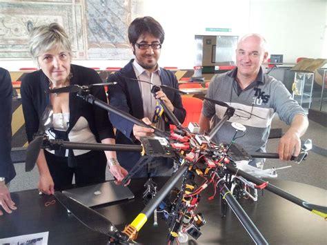 drone volante con telecamera un drone volante riprende il pertini dal cielo