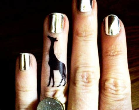 tattoo giraffe finger 11 adorable giraffe finger tattoos