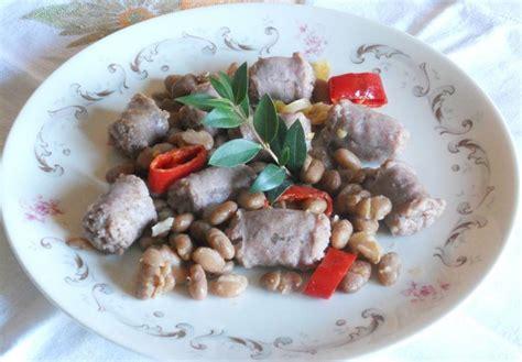 cucinare fagioli borlotti bocconcini di salsiccia al peperoncino e mirto con fagioli