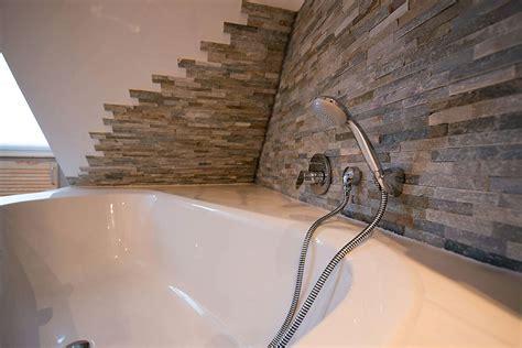 fliesenwand im badezimmer fliesen f 252 r badezimmer os52 hitoiro