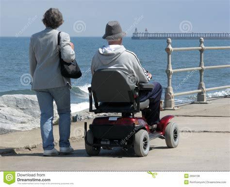sedia a rotelle motorizzata utente di sedia a rotelle motorizzata fotografie stock