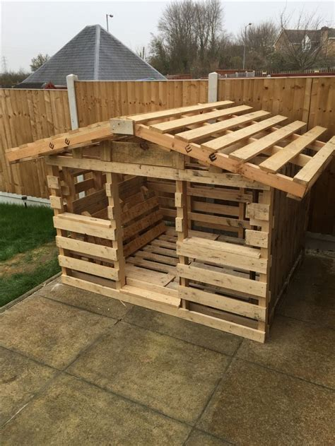 pallet play house 25 best ideas about pallet playhouse on pinterest