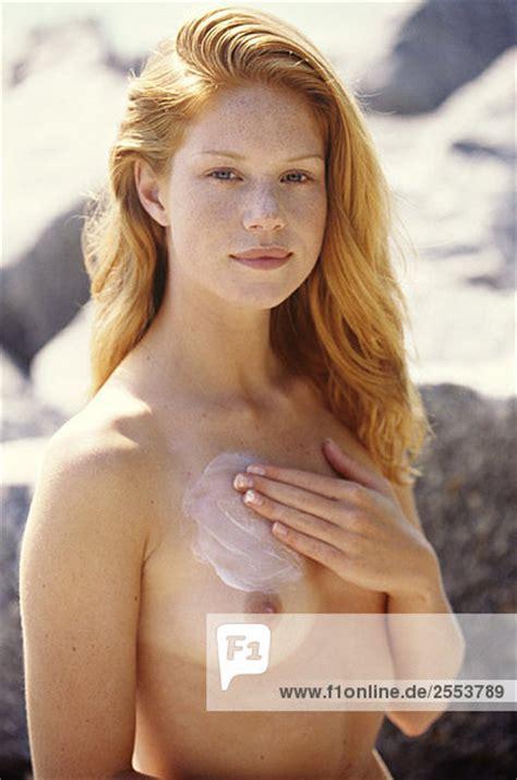 Nackte Junge Frau Anwendung Sonnencreme Auf Ihrer Brust Au Enaufnahme Lizenzfreies Bild