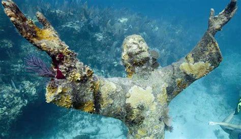 imagenes reales del fondo del mar esta estatua de jes 250 s lleva a 241 os en el fondo del mar y la