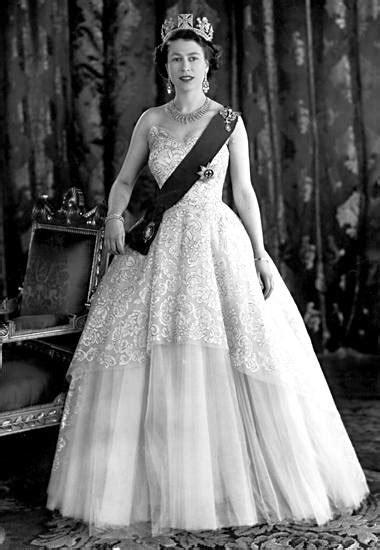 hochzeitskleid der queen fashion looks der style von queen elizabeth s 55 gala de