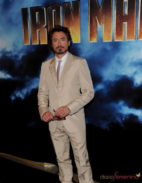 actor iron man nombre robert downey jr con traje de chaqueta y corbata