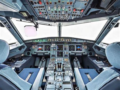 cabina di pilotaggio di un aereo aerei e passeggeri sempre connessi la grande sfida agli