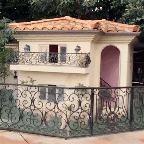 paris hilton dogs house paris hilton s dog house is probably nicer than your own home