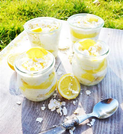 kuchen mit lemon curd elegantes kuchen mit lemon curd fotos erindzain