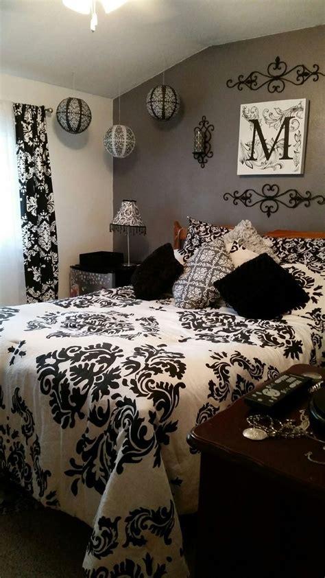 bedroom damask wallpaper best 25 damask bedroom ideas on pinterest damask living